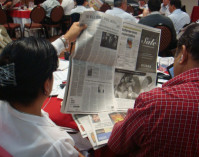 2010_5_10_Workshop participants examine ad in La Prensa